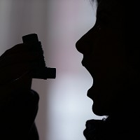 Psychological support can help lower the number of asthma patients being admitted to hospital, new research suggests